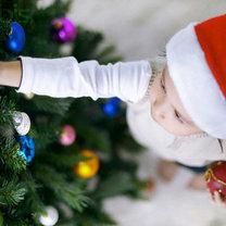 Dziecko ubiera choinkę