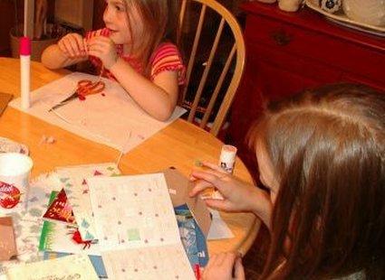 Dzieci robiące stroiki świąteczne