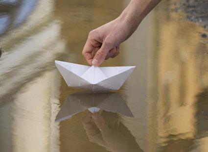 wróżby andrzejkowe - łódki na wodzie