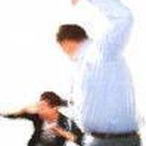 Mężczyzna bijący kobietę
