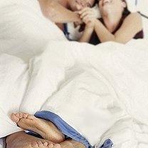 Para w łóżku