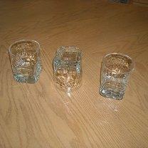 Ustaw obok siebie 3 identyczne szklanki