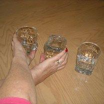 Chwyć szklankę stojącą z brzegu i środkową