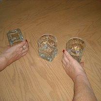 Chwyć dwie szklanki stojące po bokach