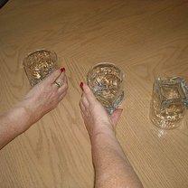 Chwyć dwie szklanki stojące normalnie