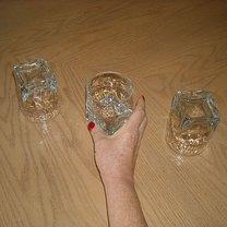 Odwróć środkową szklankę