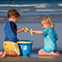Bawiące się dzieci na plaży