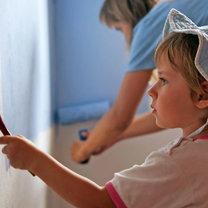 dziecko z mamą malują ściany w pokoju