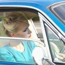 kobieta parkująca samochód