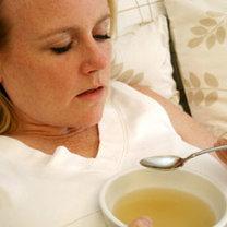 Ciepły, tłusty rosół jest znanym domowym sposobem na łagodzenie bólu gardła.