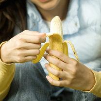 jedzenie banana