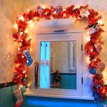 bożonarodzeniowa dekoracja lustra w łazience
