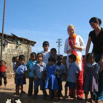 niesienie pomocy biednym dzieciom