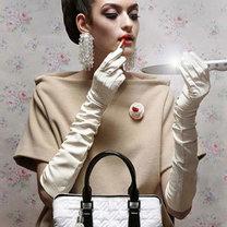 kobieta ze skórzaną torebką