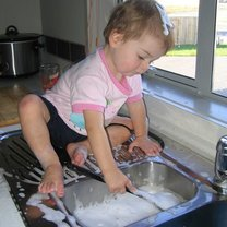 dziecko myjące naczynia