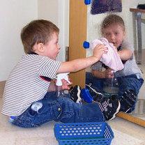 Dziecko myjące lustro