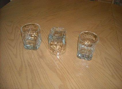 sztuczka magiczna z 3 szklankami