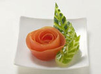 Róża z pomidora i liście z ogórka