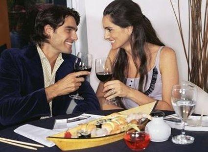 mężczyzna z kobietą w restauracji