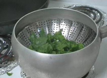 Gotowanie szpinaku na parze