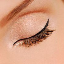 malowanie oczu eyelinerem