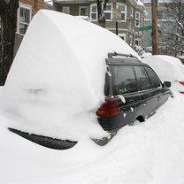 samochód w zaspie śniegu