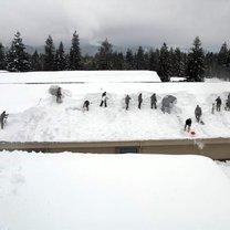 usuwanie śniegu z dachu
