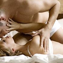całująca się para w łóżku
