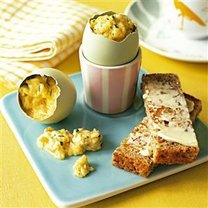 ziołowa jajecznica w skorupce jajka