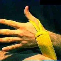 wiązanie bandaży bokserskich - krok 1.