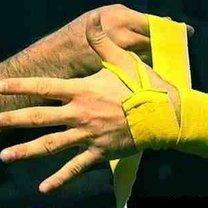 wiązanie bandaży bokserskich - krok 2.