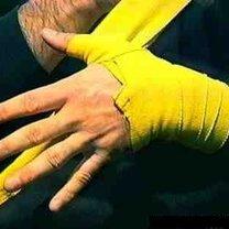 wiązanie bandaży bokserskich - krok 6.