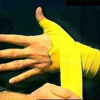 wiązanie bandaży bokserskich - krok 7.