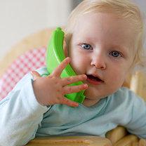 dziecko mówiące do słuchawki