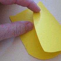 Złóż żółtą kartkę wzdłóż linii