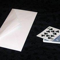 sztuczka karciana z kopertą
