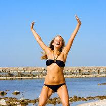 dziewczyna na plaży w stroju kąpielowym