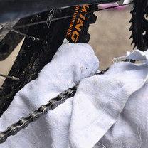 wycieranie łańcucha rowerowego