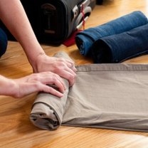 Rolowanie ubrań do walizki