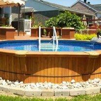 basen ogrodowy z konstrukcją z drewna