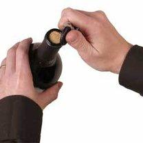 otwieranie wina kluczykami