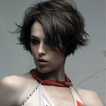 przykład fryzurki zakrywającej odstające uszy