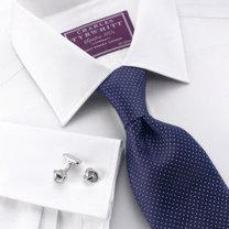 klasyczna koszula i granatowy krawat