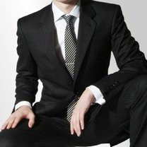 klasyka: czarny garnitur i biała koszula