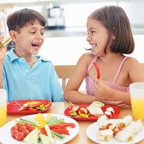 Dzieci jedzące świeże warzywa
