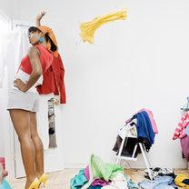 Szukanie w szafie czegoś do ubrania