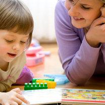 Kobieta mówi do dziecka