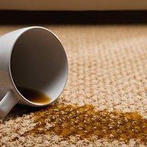 Plama z kawy na dywanie