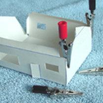 Sklejanie domku z papieru