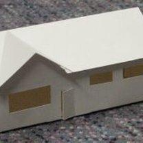 Dom z parteru z wymyślnym dachem